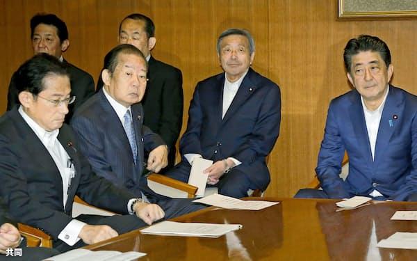 3日の自民党役員会に臨む安倍首相(右端)、岸田政調会長(左端)。首相は内閣改造・党役員人事で憲法改正シフトを狙う=共同