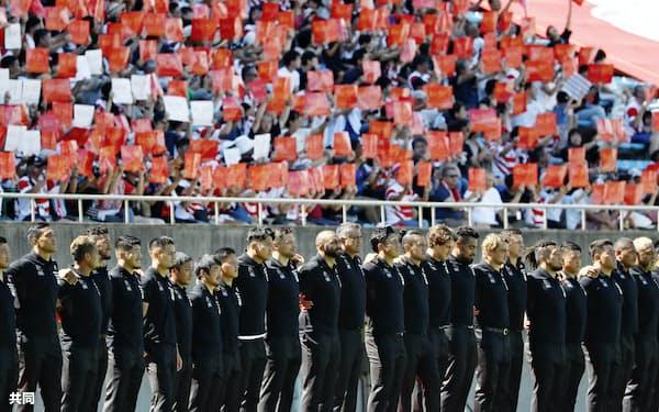 ラグビーW杯の壮行イベントに集まった大勢のファンの前で肩を組む日本代表選手ら。日本ラグビーはW杯後にプロ化を構想している=共同