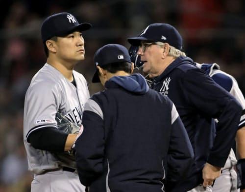 レッドソックス戦の4回、4点目を許したところで投手コーチ(右)と話をするヤンキース田中(8日、ボストン)=共同