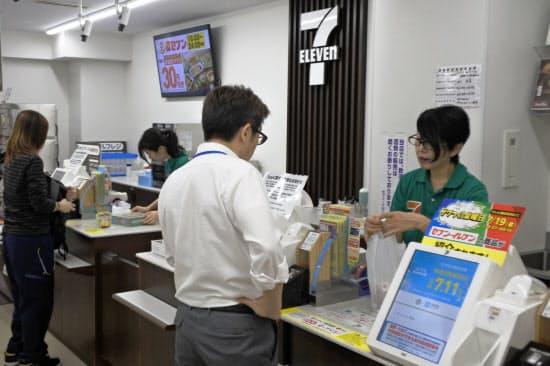 セブン―イレブン・ジャパンは、店舗で使えるスマートフォン決済を増やす(東京・千代田の店舗)
