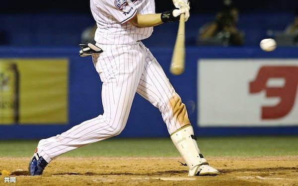 4日の広島戦で左越えに通算200号となるサヨナラ満塁本塁打を放つ山田哲=共同