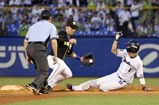 山田哲は盗塁を昨季途中から現在まで38回連続で成功中=共同