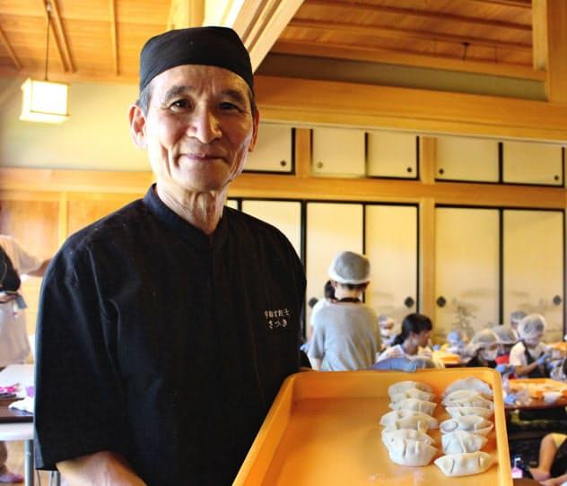子どもたちにギョーザ作りを教える「宇都宮餃子さつき」の山下登貴雄さん