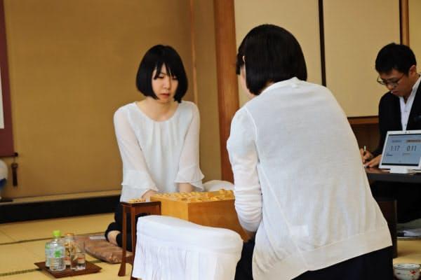 女流王座挑戦を決めた西山朋佳女王(左、9日午後、東京・千駄ケ谷の将棋会館)