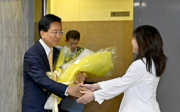 当選から一夜明けて県庁に登庁し、花束を贈られる達増知事(9日、盛岡市)
