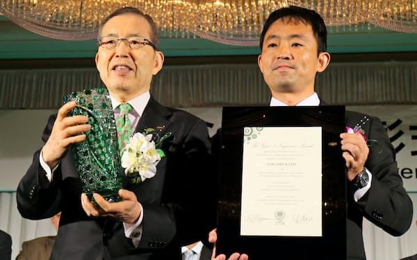 永守賞の大賞は日産総合研究所の加藤崇主任研究員(右)が受賞した(8日、京都市)
