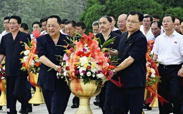 9日、平壌で、北朝鮮の建国71周年の記念日を迎え、故金日成主席らの銅像へ献花に向かう李容浩(リ・ヨンホ)外相(手前左)ら=共同
