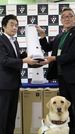シャープの除菌脱臭機で盲導犬の臭いの問題解決を図る(9日、大阪府千早赤阪村)