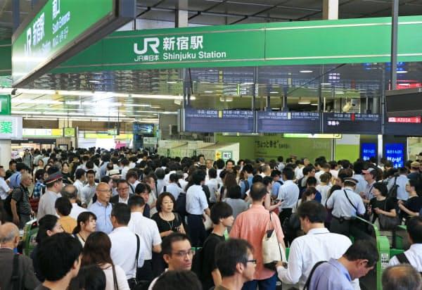 電車の遅延や運転見合わせのため混雑するJR新宿駅(9日午前、東京都新宿区)