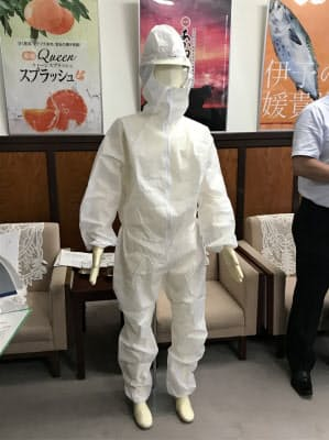 シンワなどが開発した高い通気性を持つ防護服(9日、愛媛県庁)