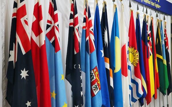 日本は太平洋・島サミットを3年ごとに開いているが(2015年の島サミットに参加した国々の国旗)