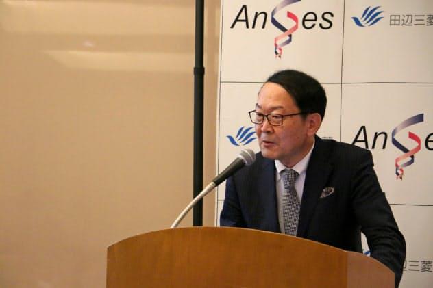 遺伝子治療薬「コラテジェン」の特徴を説明するアンジェスの山田英社長(9日)