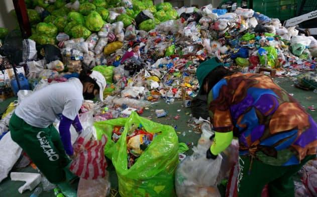 フィリピンで整備中のプラ再利用工場内では現在、ごみの分別作業が進む(パラニャーケ市)