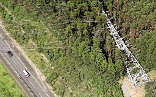 倒れた送電線の鉄塔(9日午後、千葉県君津市)=共同