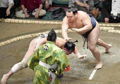鶴竜(右)がはたき込みで北勝富士を破る(9日、両国国技館)=共同