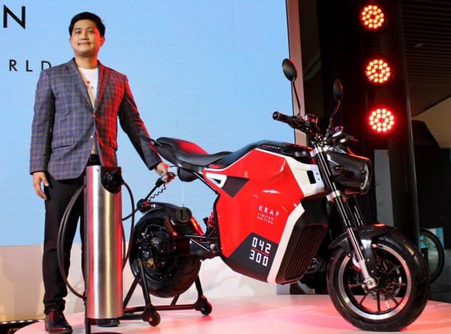 イートランが発売した電動バイク(9日、バンコク)