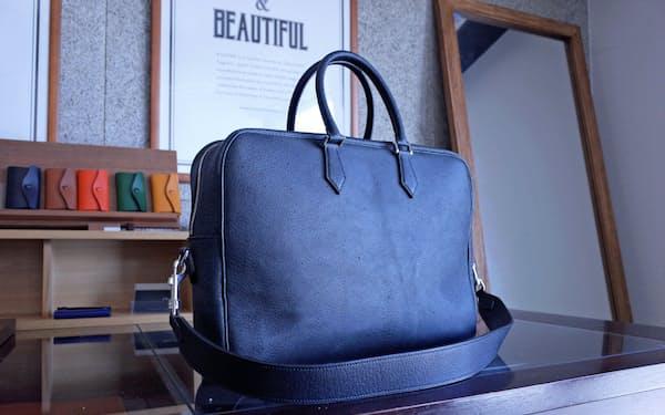ビジネスバッグはイノシシ革の野性味ある風合いを生かした