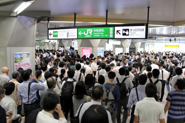 ダイヤが大幅に乱れ混雑するJR浦和駅(9日午前)