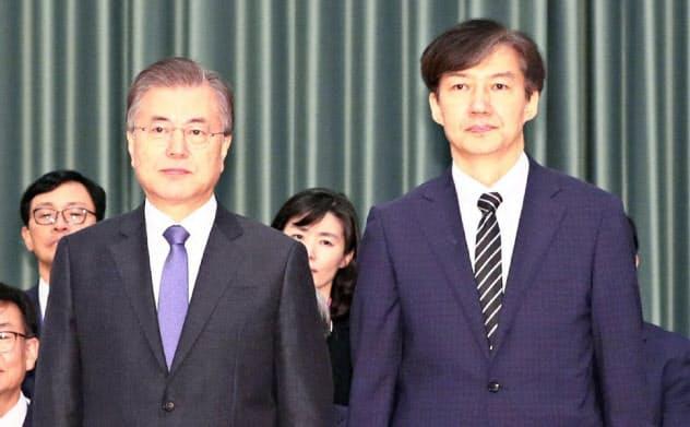 法相に就任した曺国氏(右)と文在寅大統領(9日、ソウル)=聯合・共同