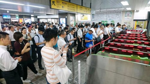 台風15号の影響で首都圏のJR在来線で「計画運休」が実施され、新浦安駅で運転再開を待つ人たち(9日)=共同