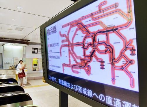 在来線の運転見合わせを示すJR東京駅の電光掲示板(9日午前)