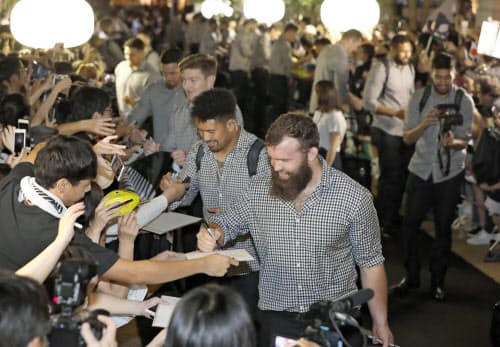 事前キャンプ地の千葉県柏市に到着し、歓迎を受けるニュージーランド代表の選手たち(9日夜)=共同