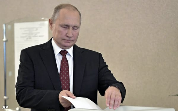 8日、モスクワ市議会選で投票したロシアのプーチン大統領=AP