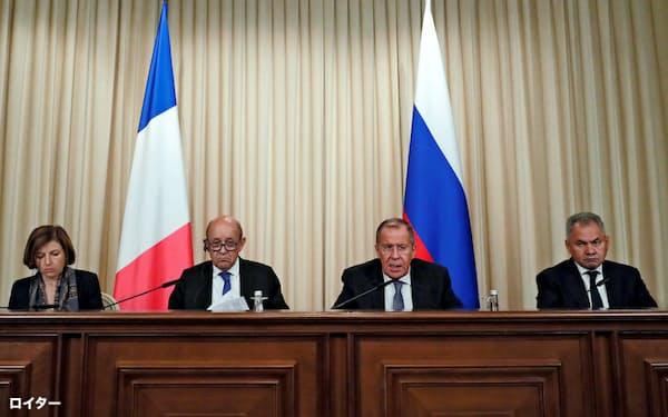 9日、モスクワで記者会見した(左から)フランスのパルリ国防相、ルドリアン外相、ロシアのラブロフ外相、ショイグ国防相=ロイター