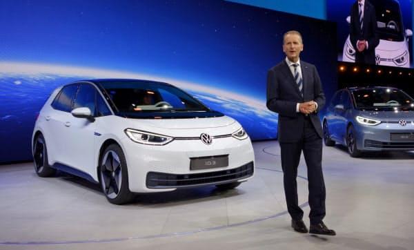 新型EV「ID.3」を発表するVWのディース社長(9日、独フランクフルト)