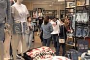 米消費者信用残高は7月、1年8カ月ぶりの大きな伸びとなった(米ニューヨーク市内の小売店)=AP