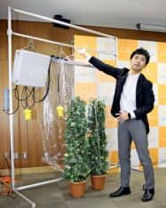 光合成の計測システムについて説明する愛媛大植物工場研究センターの高山弘太郎教授(9日、松山市)=共同