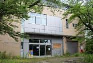 解体される旧原子力災害対策センター(7月、福島県大熊町)=共同