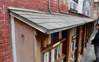 壁面の書棚には屋根が取り付けられていた
