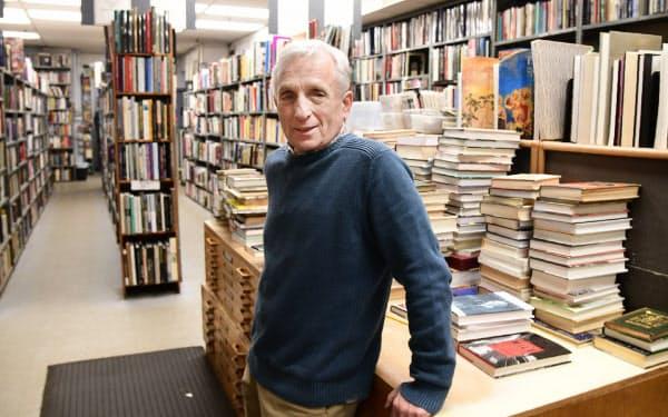 幼い頃から店を手伝い、本に囲まれて育った店主のケン・グロスさん