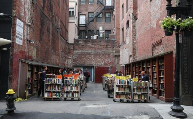 ブラットル書店の屋外売り場。晴天時には商品を満載したカートも出され、空き地全体が売り場になる(米ボストン)=三村幸作撮影