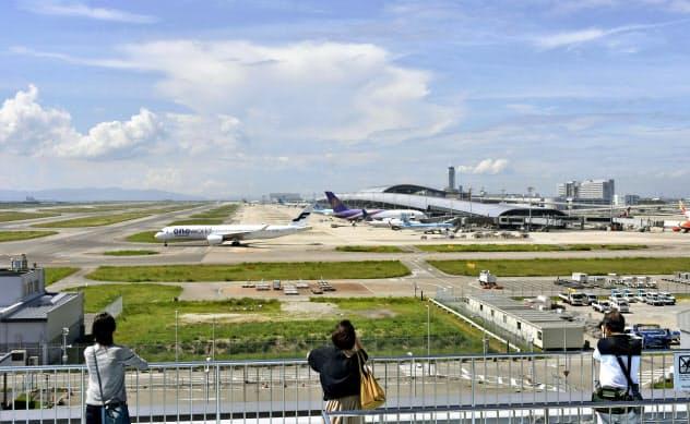 昨年の台風21号の被害で一時閉鎖してから1年となった関西空港(4日午前)=共同