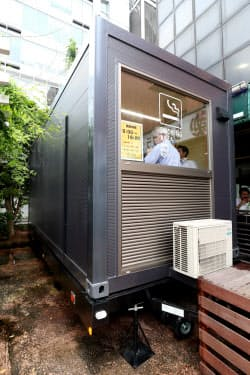 東京都千代田区が設置した移動可能な喫煙トレーラー(8月)