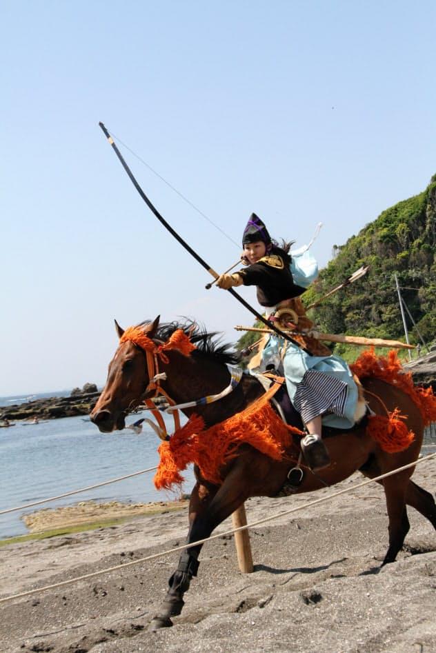走る馬の上から的を狙う(イメージ)