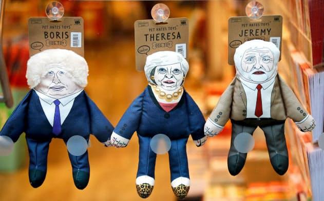 ペットショップに並ぶ、ジョンソン英首相やメイ前首相、労働党のコービン党首を模したイヌ用のオモチャ=ロイター