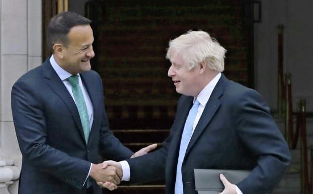 英国のジョンソン首相(右)は9日、アイルランドのバラッカー首相との会談後、合意なき離脱は国政の失敗になると述べた=AP