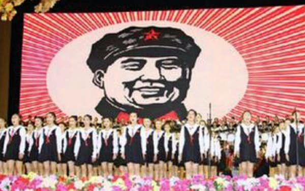 3年前には紅い歌を熱唱する「中国版AKB48」よる文化大革命礼賛が大騒動に(国営新華社インターネット版から)