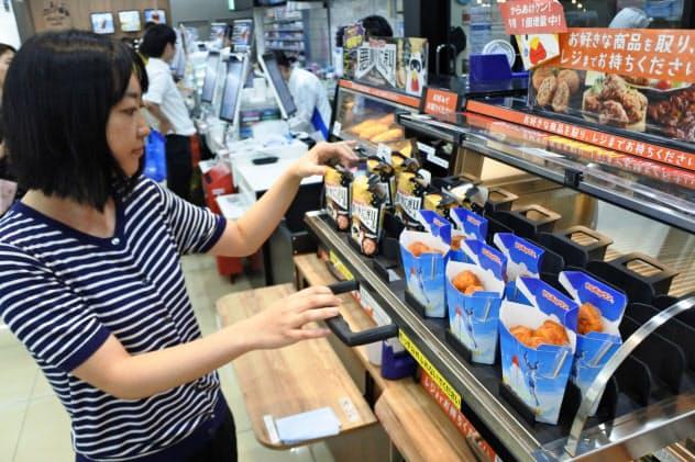 ローソンの新店のレイアウトでは、からあげクンなどの商品は利用客側が取り出すようになる(東京都品川区の店舗)
