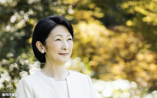 秋篠宮邸の庭に立つ紀子さま(宮内庁提供)