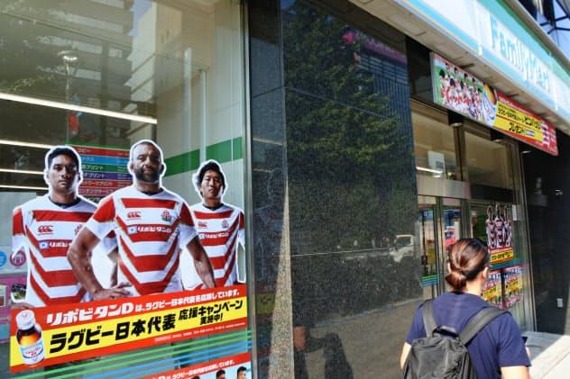 ファミリーマートは、ラグビー日本代表の写真などで店舗を飾り付ける(東京・新宿の店舗)
