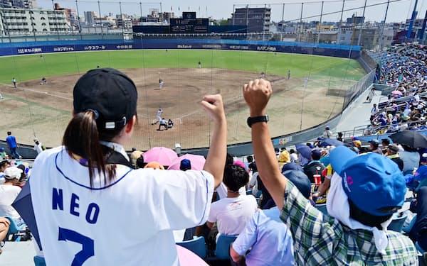 多くのドラゴンズファンが2軍の若手選手に声援を送る(名古屋市中川区のナゴヤ球場)