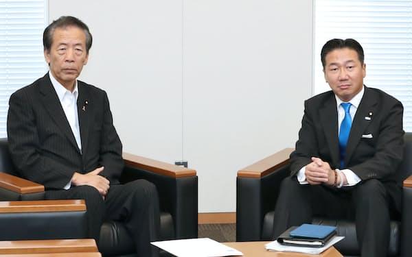 会談に臨む立憲民主党の福山幹事長(右)と国民民主党の平野幹事長(10日、国会内)