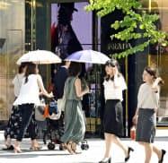 厳しい残暑が続き、日傘を差して歩く人々(10日午後、東京・銀座)=共同