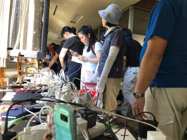 千葉・富里市役所でスマホを充電する市民たち(10日)