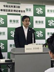 児童相談所の開所延期を発表する、新宿区の吉住健一区長(10日、新宿区役所)