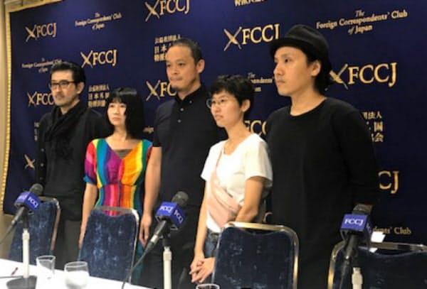 展示再開を求め、35組のアーティストが一体で活動していくとを発表した(東京都千代田区、左から高山明、ホンマエリ、小泉明郎、大橋藍、卯城竜太)
